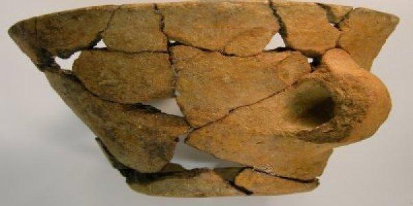 CAFX01: Bronce Medio. Vaso Troncocónico. Cista de A Forxa (Riós, Ourense)